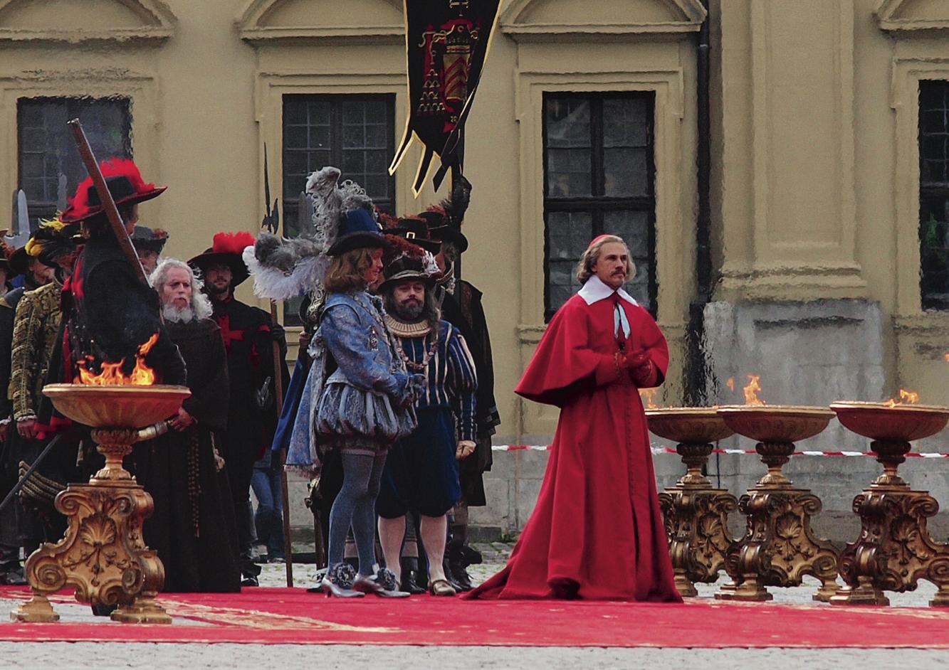 """Christoph Waltz als Kardinal Richelieu vor der Würzburger Residenz als Schloß von Versailles für den Film """"Die drei Musketiere"""", der 2010 zumindest in einigenTeilen in Würzburg gedreht wurde. Foto: Achim Schollenberger"""