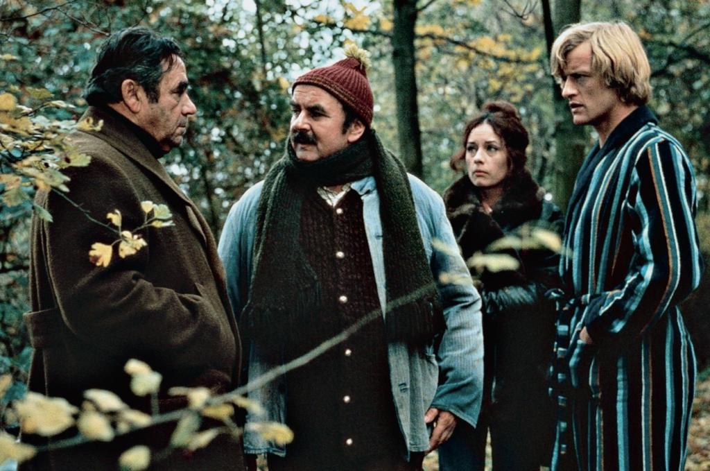 """Im Landkreis Schweinfurt, vor allem auf Schloß Wetzhausen, wurde der deutsche Action-Thriller """"Das Amulett desTodes"""" gedreht. Hier ein Szene mit (von links) Walter Richter, Walter Sedlmayr, Vera Tschechowa und Rutger Hauer."""
